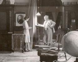 Gerhart Hauptmann in seiner Bibliothek auf Haus Wiesenstein in Agnetendorf, 1942, Fotoabzug
